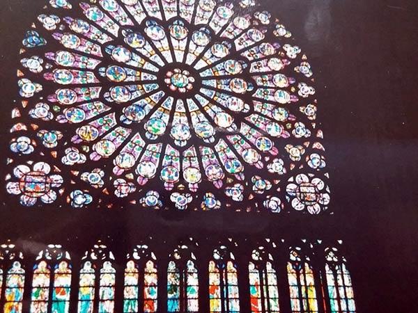 大聖堂のステンドガラスが眩いです