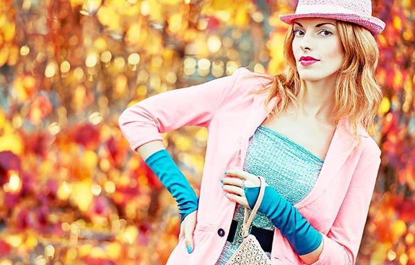 秋なのにピンクのファッションに身を包んだ女性