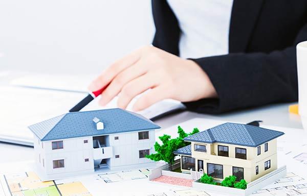 契約内容を説明する不動産