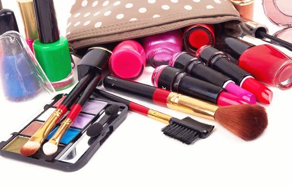 化粧品を沢山詰め込んだバッグ