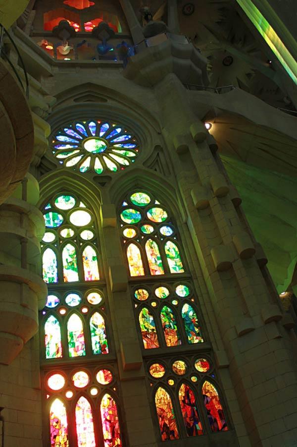 ステンドグラスの装飾が美しい