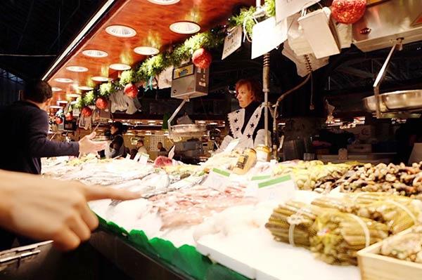 市場では肉も売られています