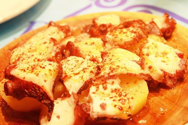 こちらは茹でたタコとジャガイモの料理