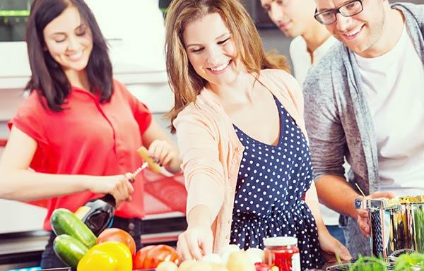 料理を作る男女