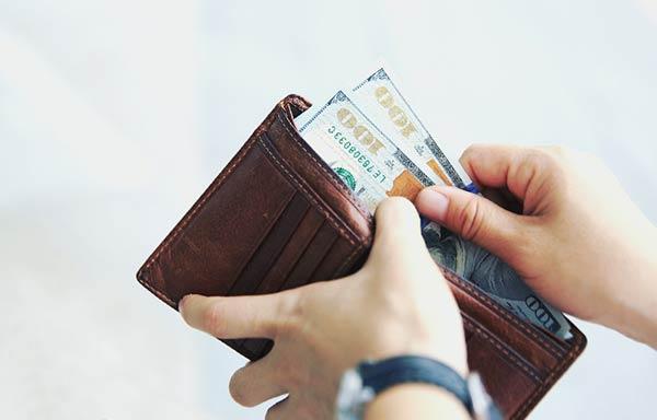 財布からお金を出す