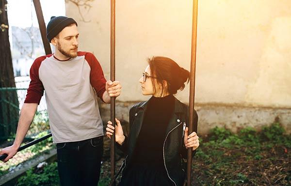 公園で恋人と話し合う