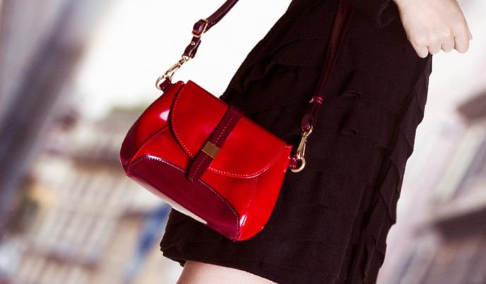赤いバッグを持ち歩く女