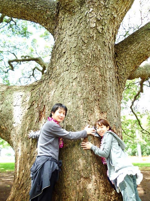 大きな木の下でツーショット