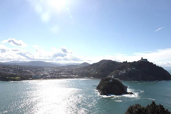太陽の光とコンチャ湾