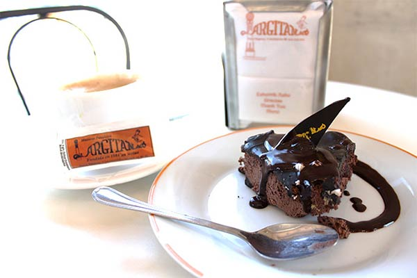 ケーキにかかったチョコレートソースに思わず涎が