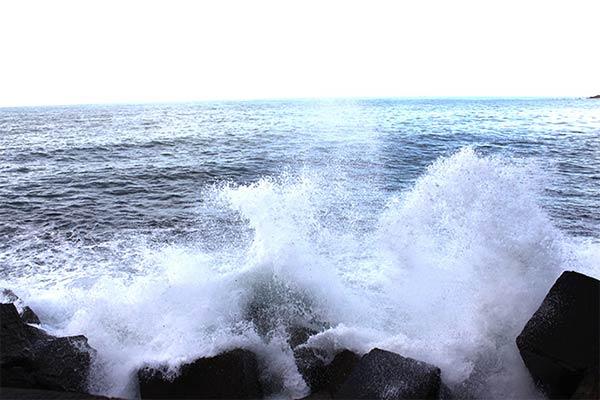 波しぶきがバシャバシャ音を立ててそうです