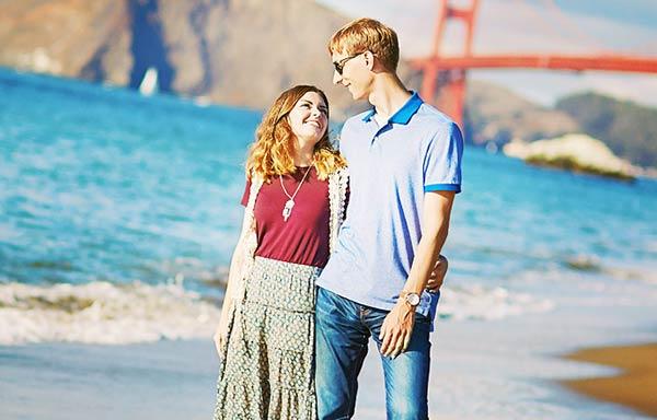 浜辺でデートをするカップル