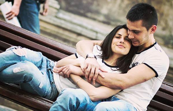 ベンチで抱き合うカップル