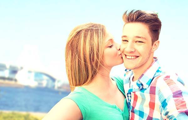 彼氏にキスをする女性