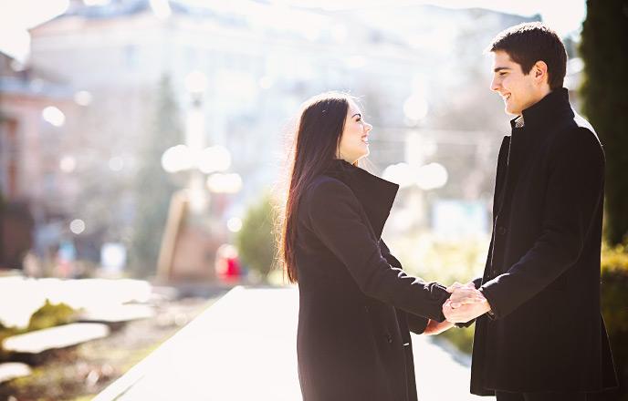 デートの最後に微笑む男女