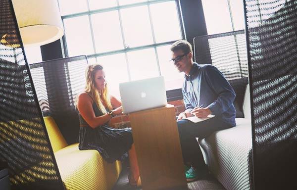 仕事の相談をする男と女