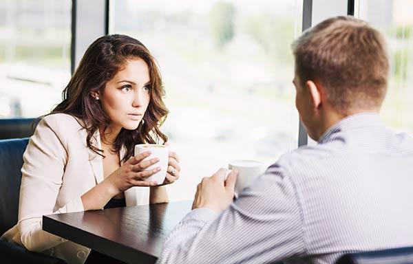 カフェで会話をしている男と女