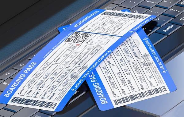 パソコンの上のチケット
