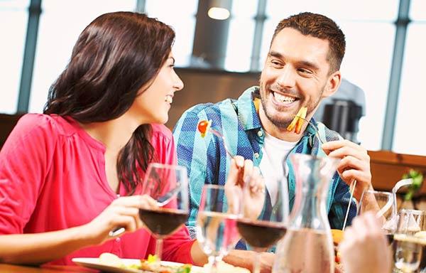 バーで食事をする男と女