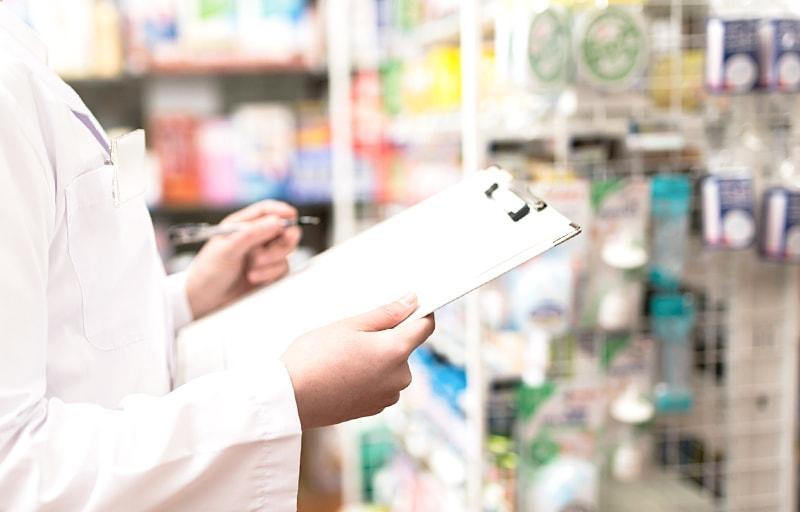 薬を点検する薬剤師