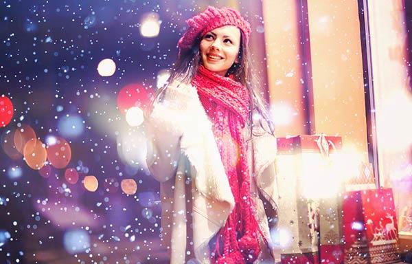 クリスマスに買い物をする女の子