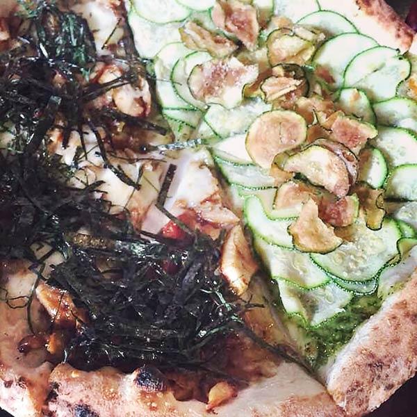 照り焼きチキンとズッキーニのハーフ&ハーフピザ