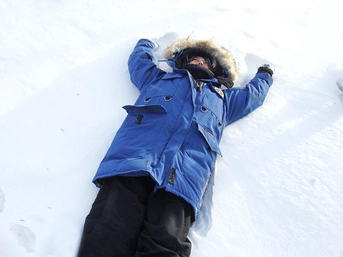 雪にダイビング