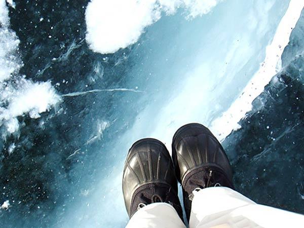 氷の上に立つ