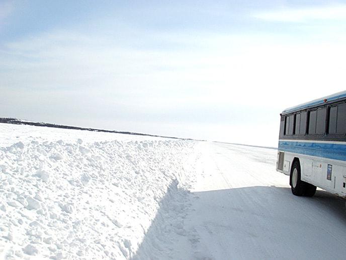 雪の上を走るバス