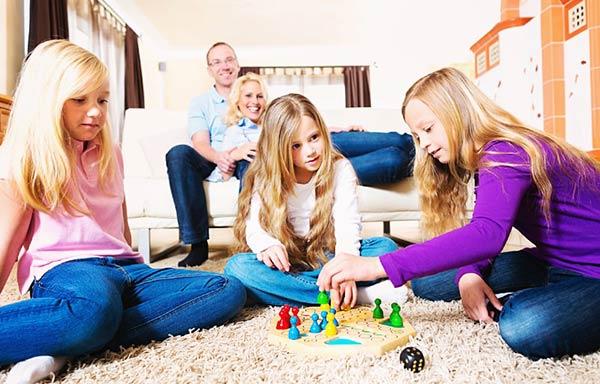 ゲームを楽しむ家族