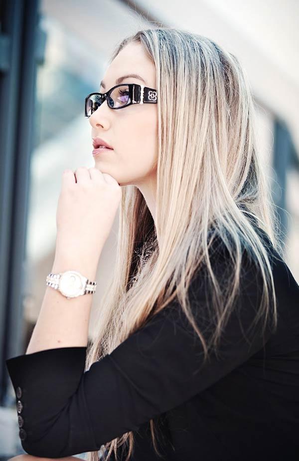 眼鏡をかけたスーツ姿の女