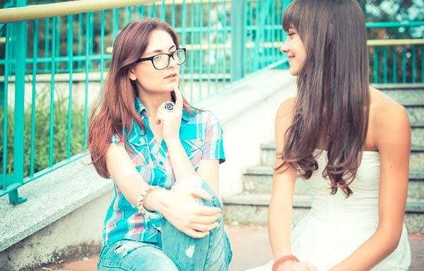 友達と会話する女性