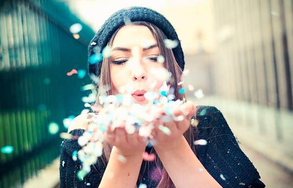 紙吹雪を吹きかける女性