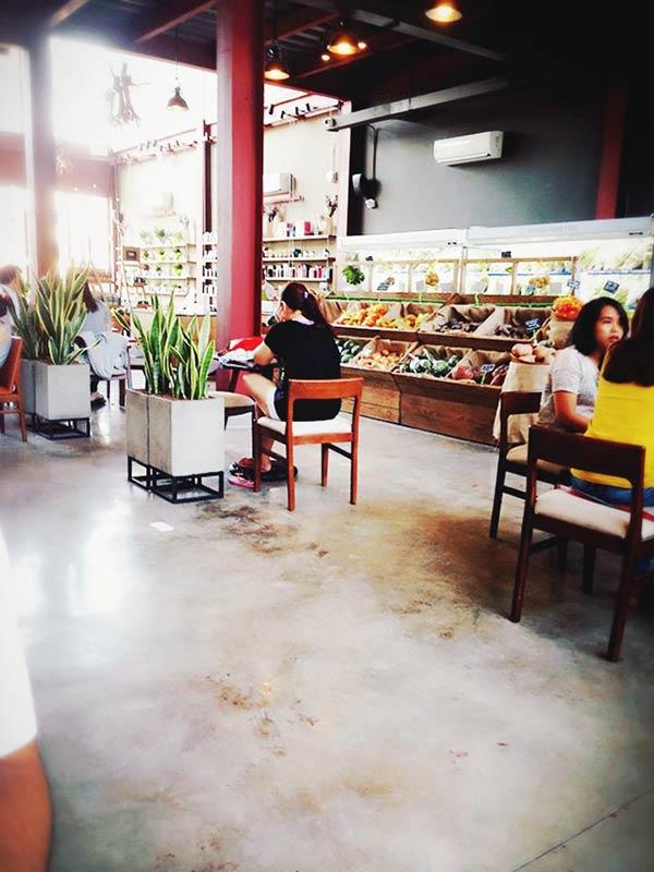 ゆったりくつりげそうなカフェ