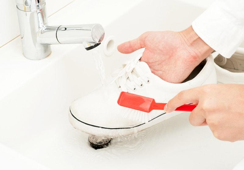 スニーカーを洗う