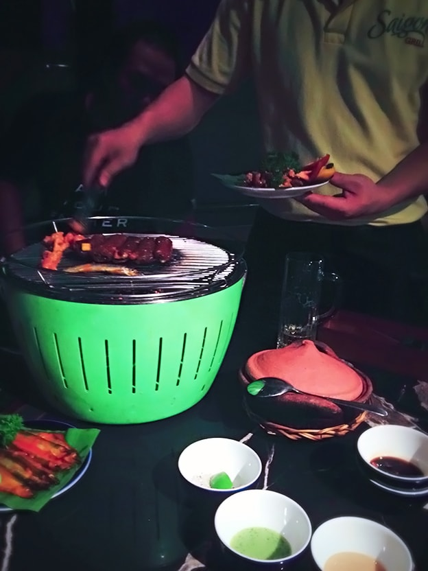 肉を焼いてますね
