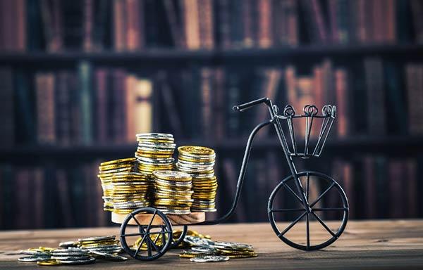 お金を積み込んだ自転車