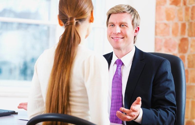 弁護士と相談する女性