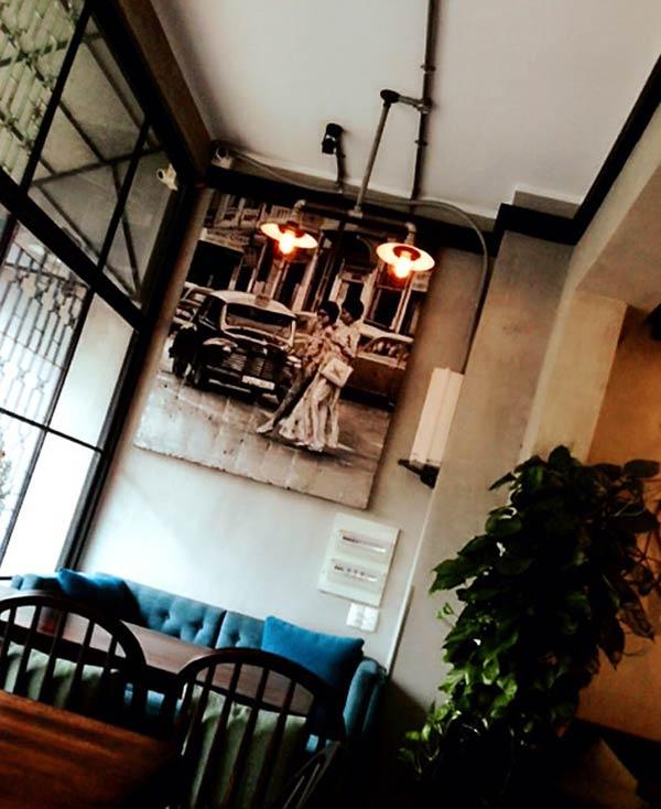 薄暗さがオシャレな隠れ家カフェ