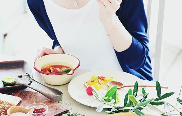 スープを食べる女性