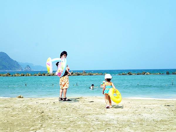 小浦で海水浴を楽しむ