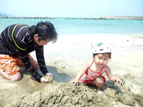 親子で砂遊びを楽しむ