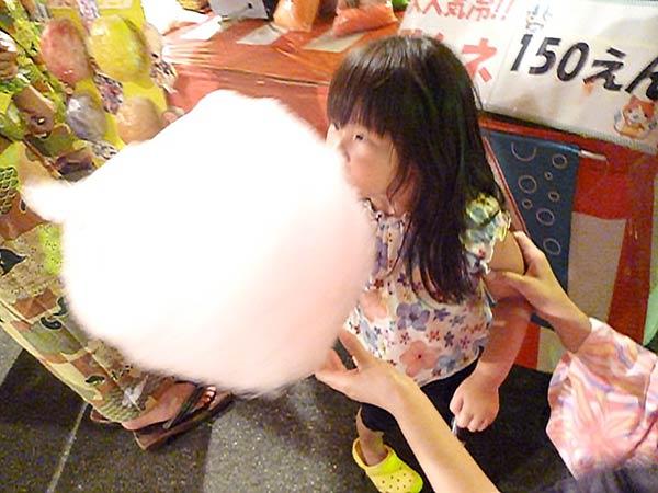 綿飴を食べる娘