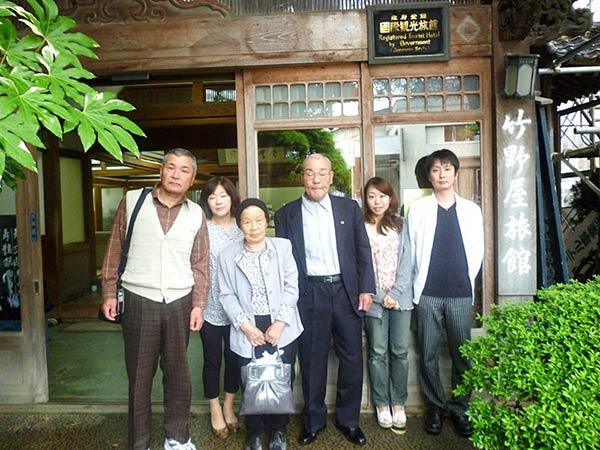 竹野屋旅館で記念撮影