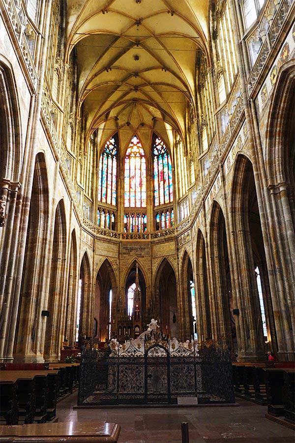 ステンドグラスからの光が眩い、大聖堂内