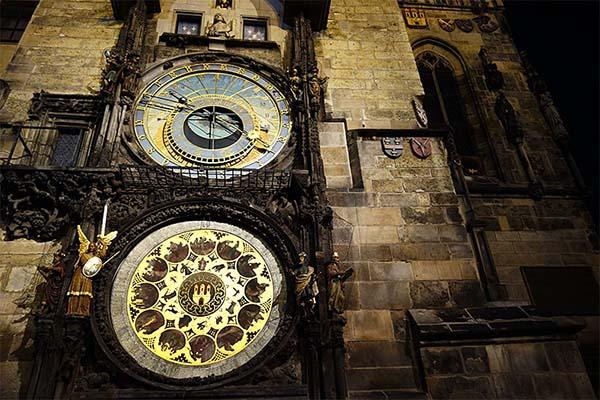 夜にライトアップされた天文時計