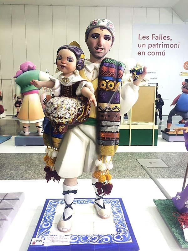 これは伝統衣装を着た人形でしょうか?