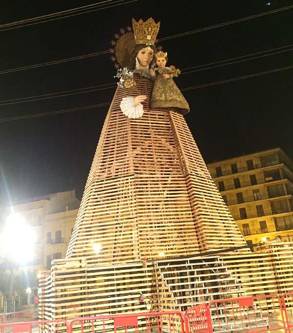 プラサ・デ・ラ・ヴィルヘン広場の巨大マリア像