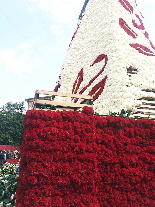 巨大マリア像の骨組にお花を飾る
