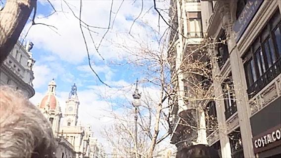 爆竹の白煙が空に浮かぶバレンシアの街の風景